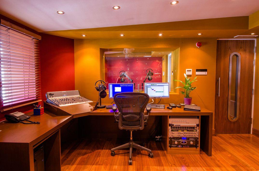 HOAX Studio Photos 3 of 10 - DJ School: Как быть диджеем нарадио