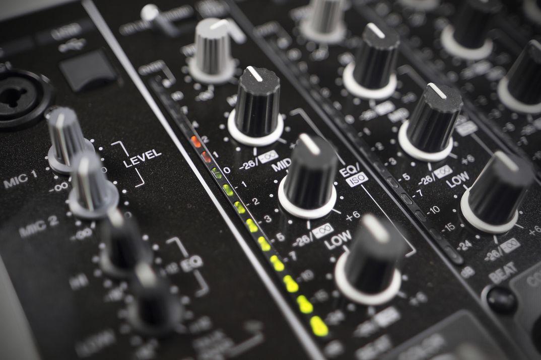 djm850 17 - DJ School: Как пользоваться 3−хполосным эквалайзером