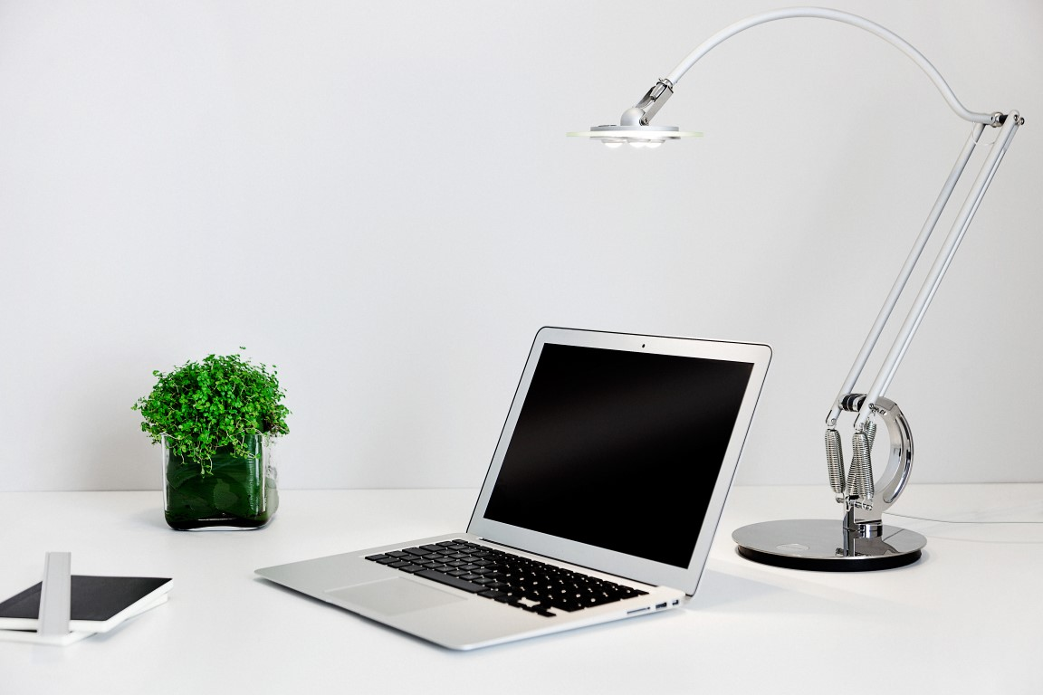 anglepoise_typec-desk_lamp_lifestyle